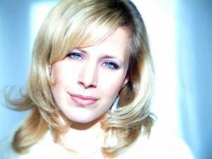 Kann sich kostengünstig versichern - hübsche Blondine