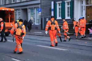 Erinnern in ihrem Auftreten an die Imperialen Sturmtruppen: Mit Laubsaugern bewaffnete Einheit der städtischen Straßenreinigung